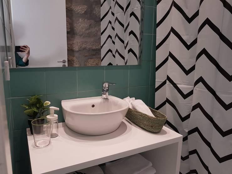 Suite A | Instalação sanitária: Casas de banho  por IAM Interiores