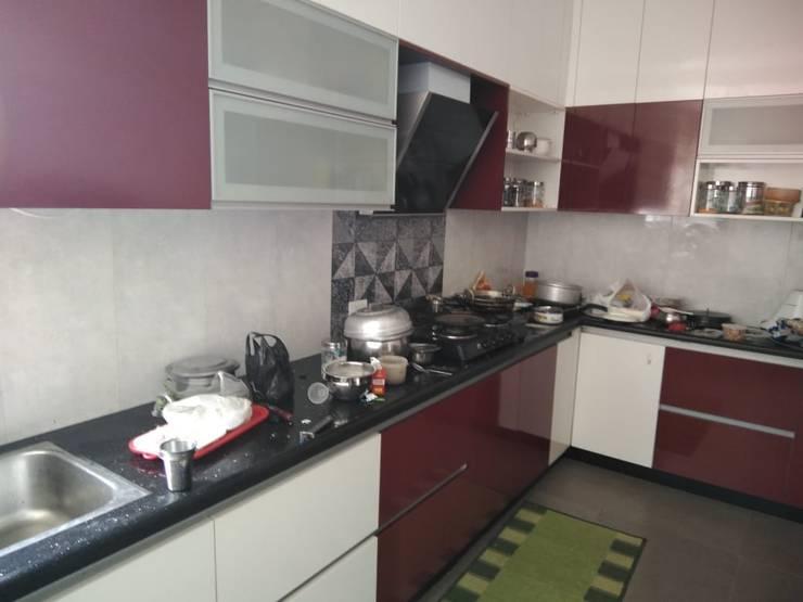 L shape Kitchen:   by classicspaceinterior