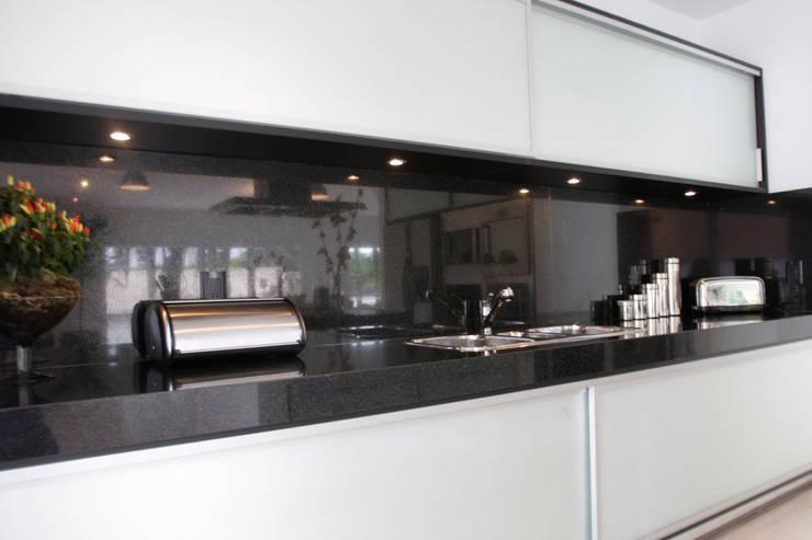 Cozinha para apartamento: Armários e bancadas de cozinha  por Oficina de Móveis Beraldo