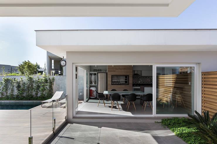 Edícula Gourmet: Garagens e edículas  por Rabisco Arquitetura