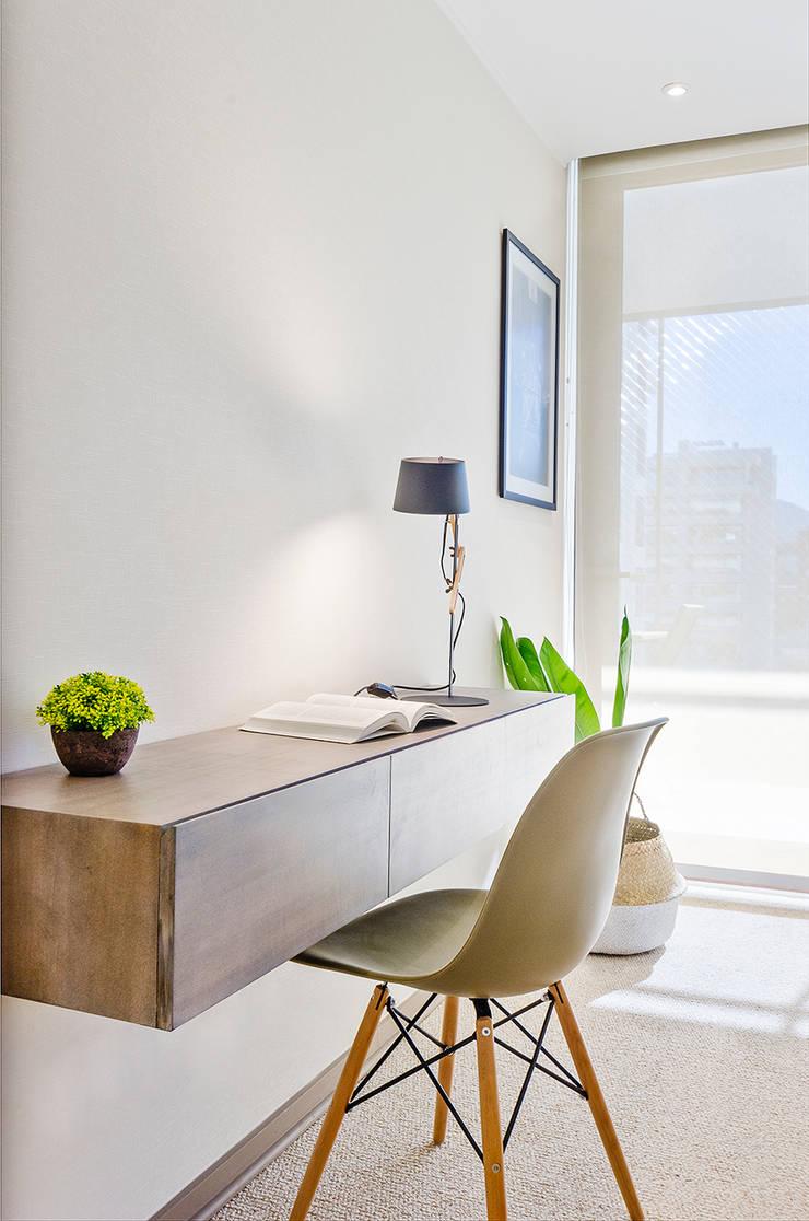 Escritorio Dormitorio Principal: Dormitorios de estilo escandinavo por Klover