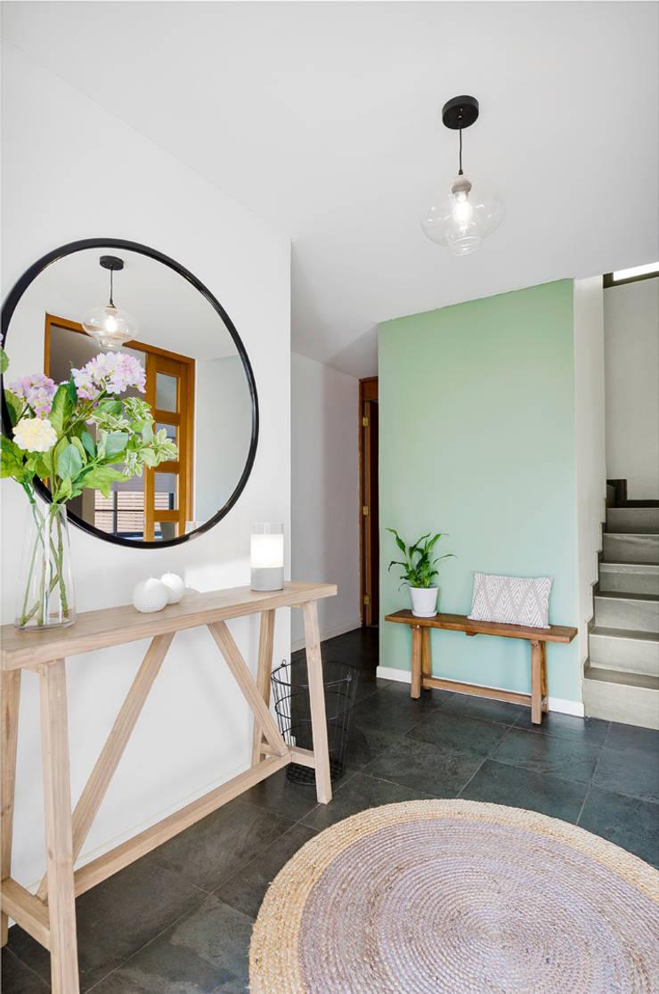 Hall de entrada: Pasillos y hall de entrada de estilo  por Klover