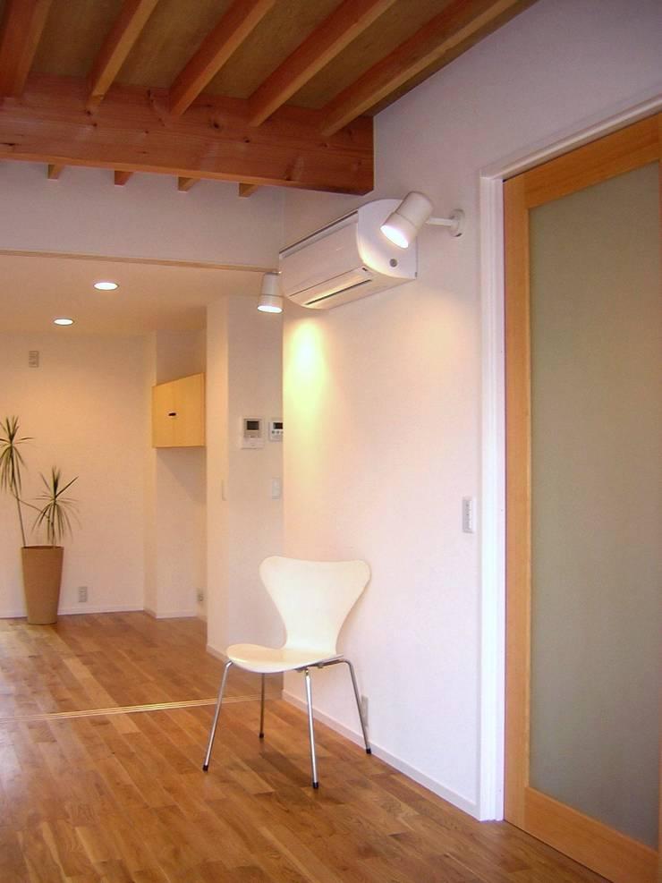 リビング・ダイニング: アース・アーキテクツ一級建築士事務所が手掛けたリビングです。,ミニマル 無垢材 多色