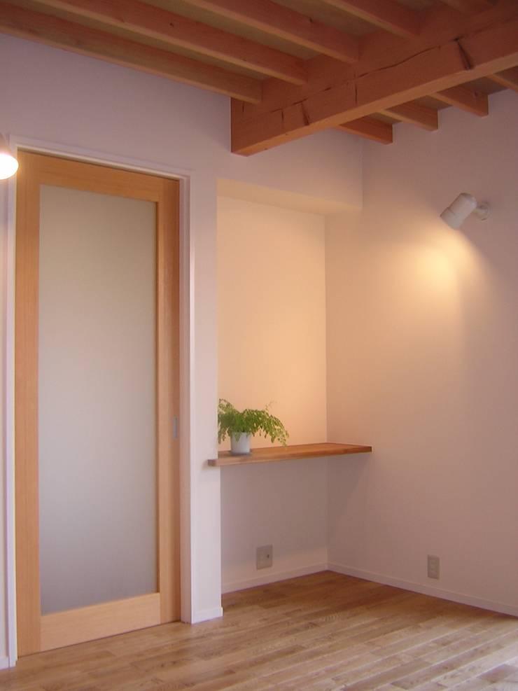 リビングのコーナー飾り棚: アース・アーキテクツ一級建築士事務所が手掛けたリビングです。,ミニマル 無垢材 多色