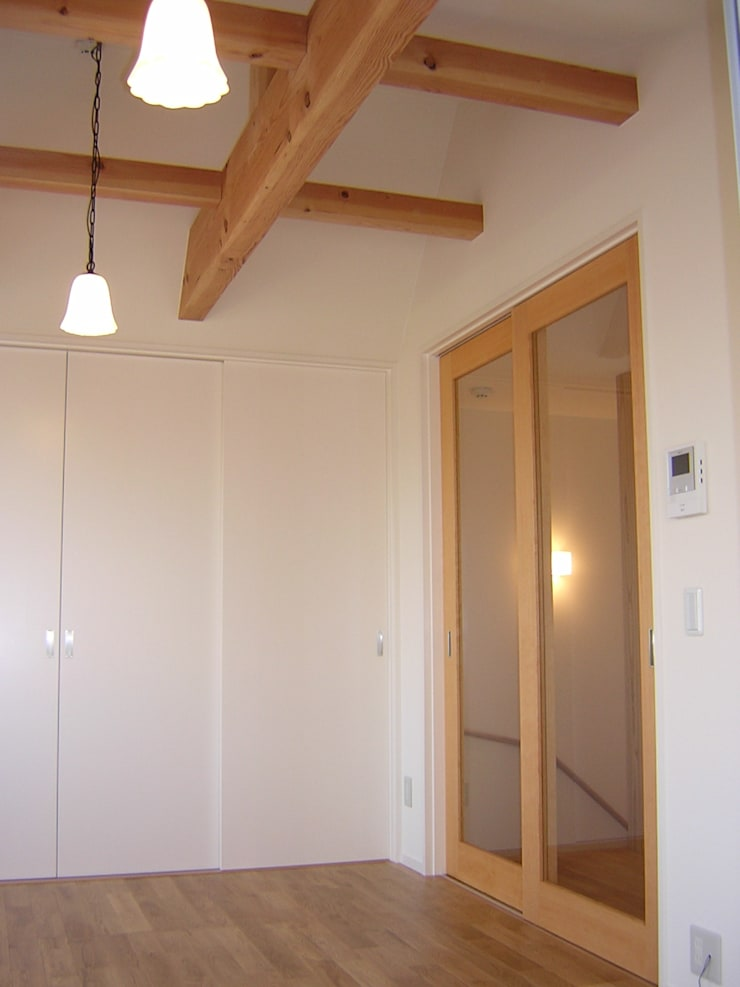 One On One 小さな住宅: アース・アーキテクツ一級建築士事務所が手掛けた寝室です。,ミニマル 無垢材 多色