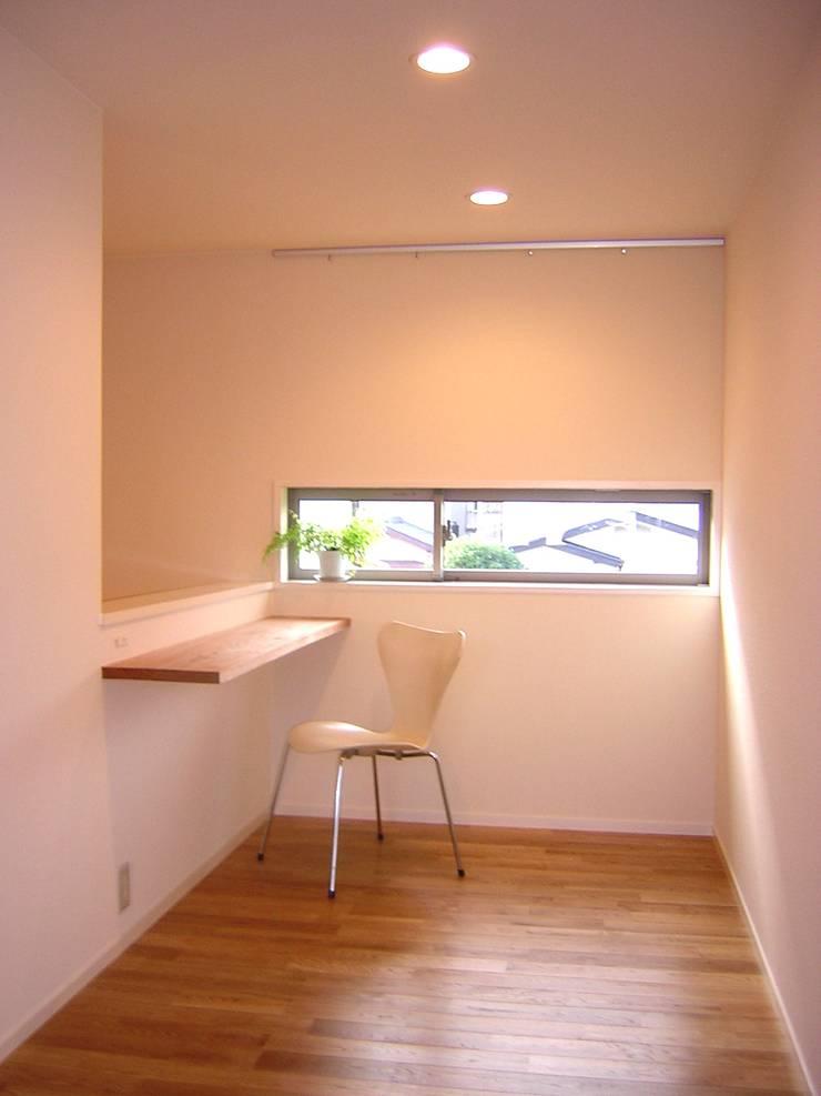 読書スペース: アース・アーキテクツ一級建築士事務所が手掛けた書斎です。,ミニマル 無垢材 多色