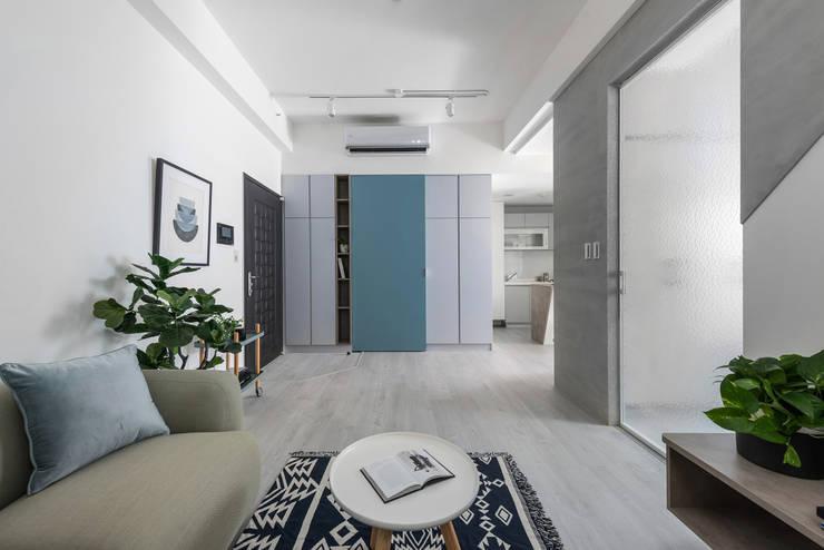 八號屋:  走廊 & 玄關 by 寓子設計