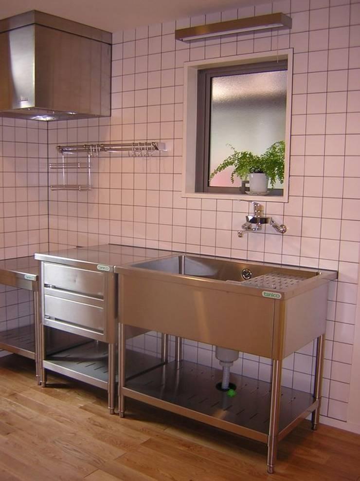 キッチン: アース・アーキテクツ一級建築士事務所が手掛けたキッチンです。,ミニマル タイル