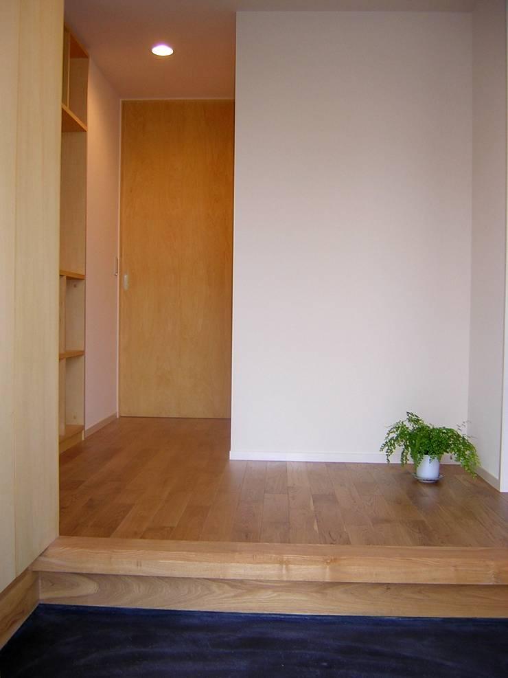 玄関: アース・アーキテクツ一級建築士事務所が手掛けた廊下 & 玄関です。