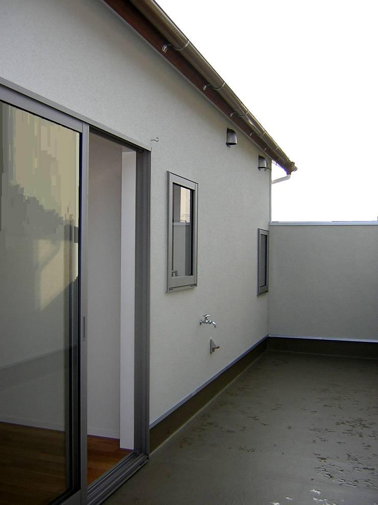 バルコニー: アース・アーキテクツ一級建築士事務所が手掛けたテラス・ベランダです。,ミニマル プラスティック