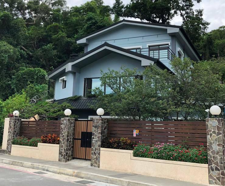 東吳大學前 私人住宅大門設計:  別墅 by 新綠境實業有限公司
