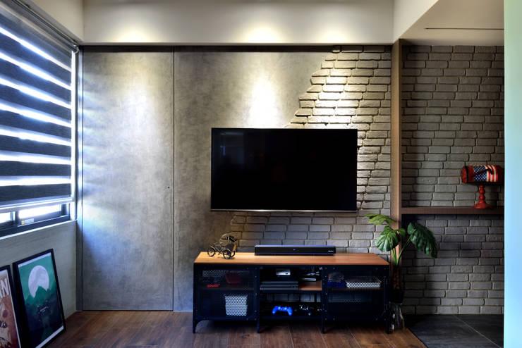 萬華LOFT風:  客廳 by 星葉室內裝修有限公司