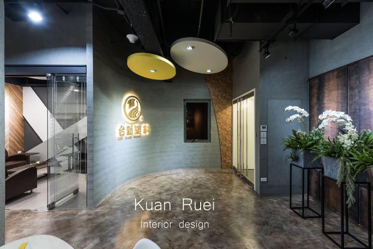 入門弧形LOGO牆:  辦公大樓 by 台中室內設計-寬叡- 空間設計.工程