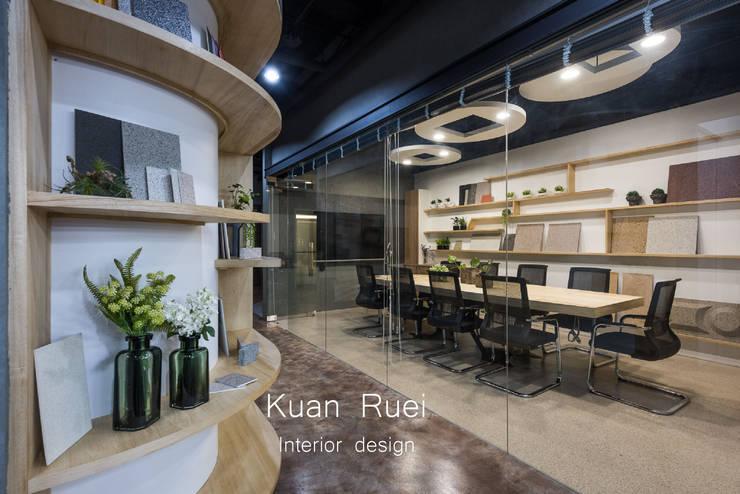 玻璃隔間透視會議室:  辦公大樓 by 台中室內設計-寬叡- 空間設計.工程