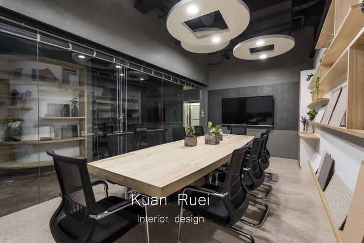 會議室往外穿透出去的空間感:  辦公大樓 by 台中室內設計-寬叡- 空間設計.工程