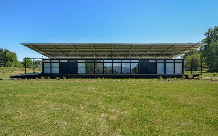 Fachada Norte: Casas de estilo escandinavo por mutarestudio Arquitectura