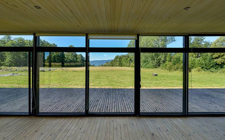 Vista hacia el Lago Villarrica a la distancia: Livings de estilo escandinavo por mutarestudio Arquitectura