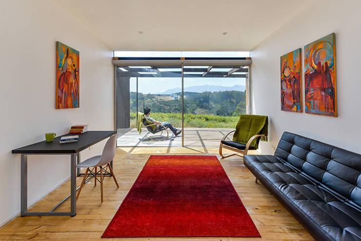 Living: Livings de estilo  por mutarestudio Arquitectura