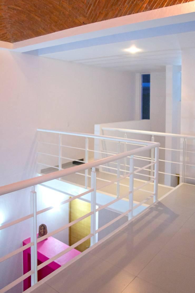 Mezzanine: Pasillos y recibidores de estilo  por Bojorquez Arquitectos SA de CV