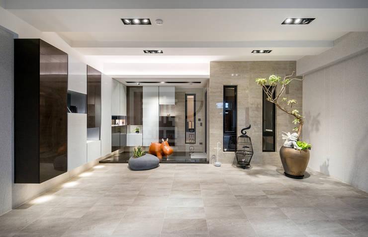 跳躍的收納櫃,跳色的動物座椅,讓車庫空間很不一樣:  房子 by 沐築空間設計