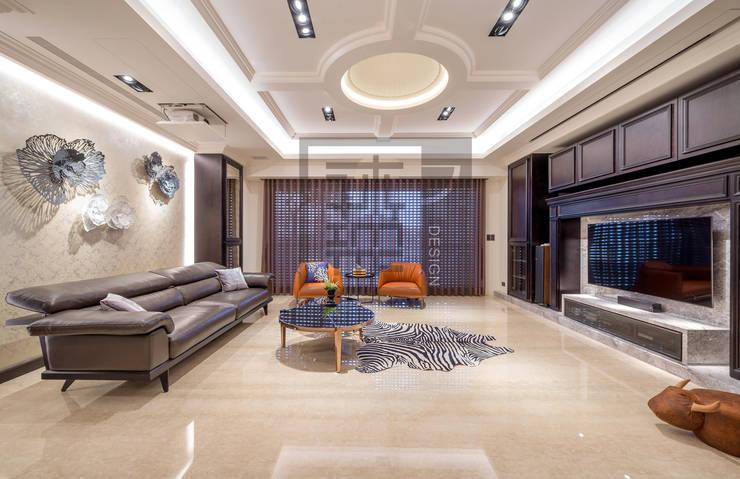 運用美式古典元素營造出客廳溫潤大氣感:  客廳 by 沐築空間設計