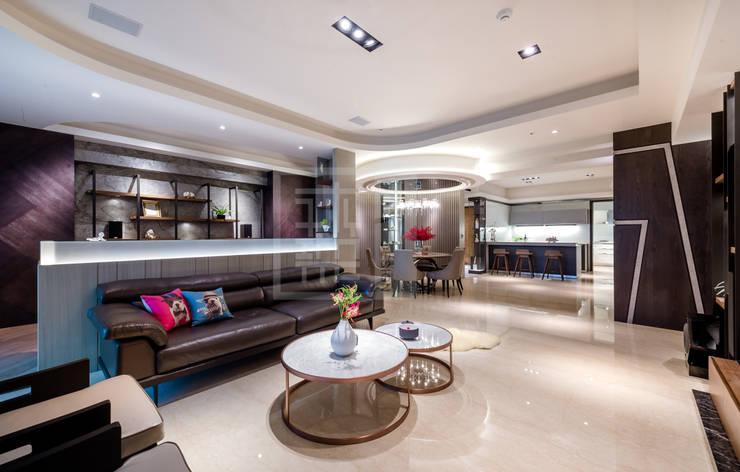 餐廳為向心圓的設計.匯集了各個空間:  客廳 by 沐築空間設計