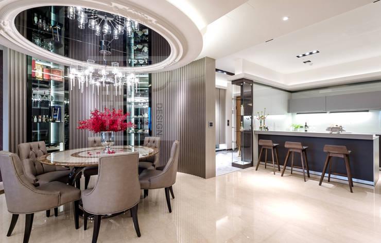 餐廳另一向,入口玄關轉折處為開放式廚房:  餐廳 by 沐築空間設計