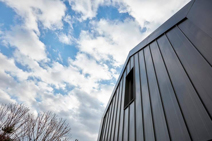 lyanature LAB (리아네이처 연구소 및 창고동): 위즈스케일디자인의  지붕,모던