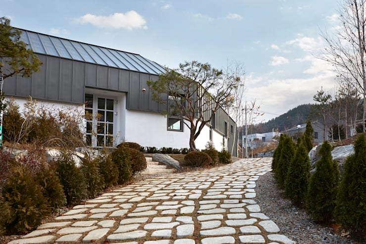 lyanature LAB (리아네이처 연구소 및 창고동): 위즈스케일디자인의  정원,모던
