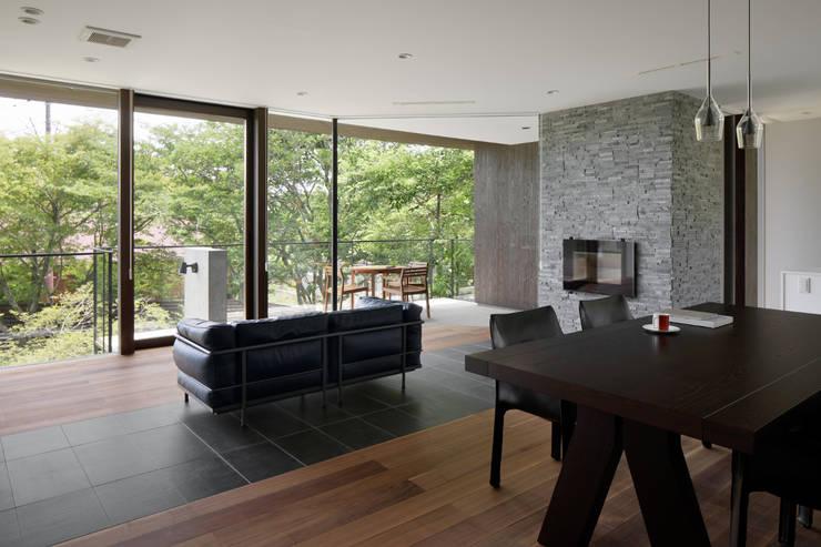 Salones de estilo  de atelier137 ARCHITECTURAL DESIGN OFFICE, Asiático Madera Acabado en madera