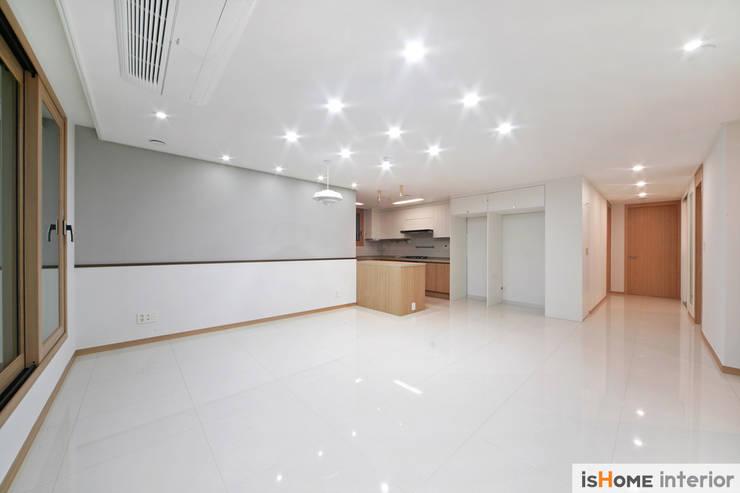 33평 새아파트 인테리어와 홈스타일링로 준 변화: 이즈홈의  거실