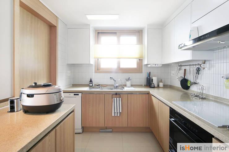 33평 새아파트 인테리어와 홈스타일링로 준 변화: 이즈홈의  주방