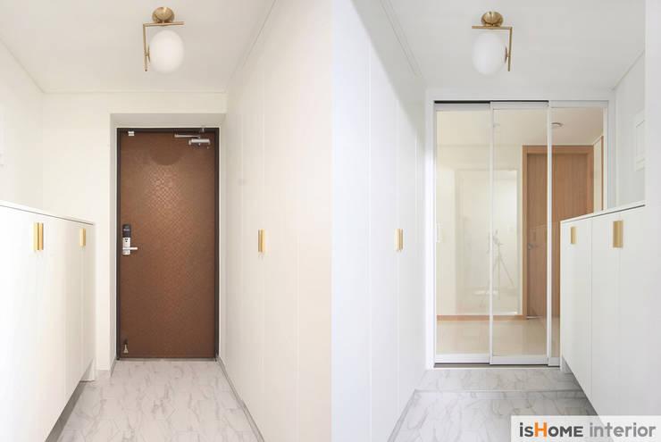 33평 새아파트 인테리어와 홈스타일링로 준 변화: 이즈홈의  복도 & 현관