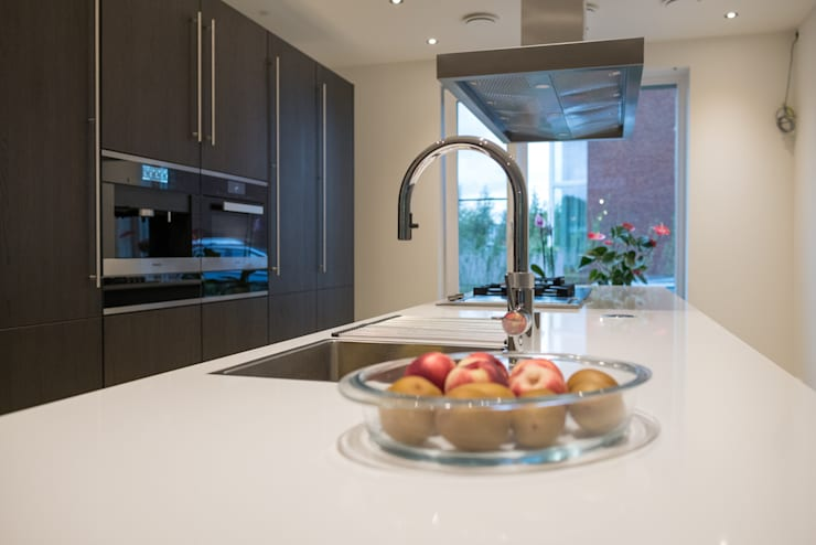 Modern kitchen:  Kitchen by Keukenstudio Maassluis