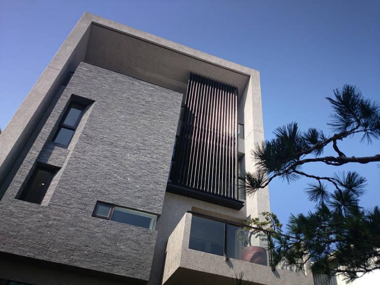 建築設計 神岡 SL House:  獨棟房 by 黃耀德建築師事務所  Adermark Design Studio