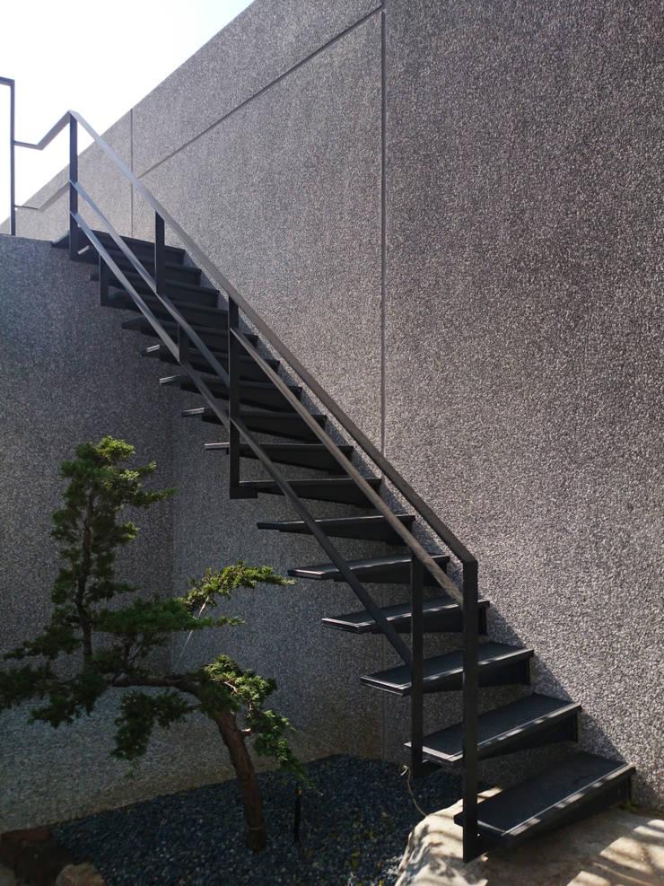 建築設計 神岡 SL House:  樓梯 by 黃耀德建築師事務所  Adermark Design Studio