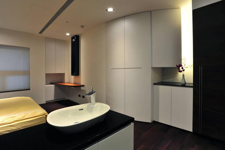 室內設計 東方帝國 SC House:  臥室 by 黃耀德建築師事務所  Adermark Design Studio