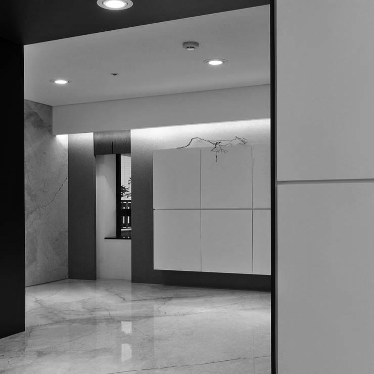 室內設計 東方帝國 SC House:  走廊 & 玄關 by 黃耀德建築師事務所  Adermark Design Studio
