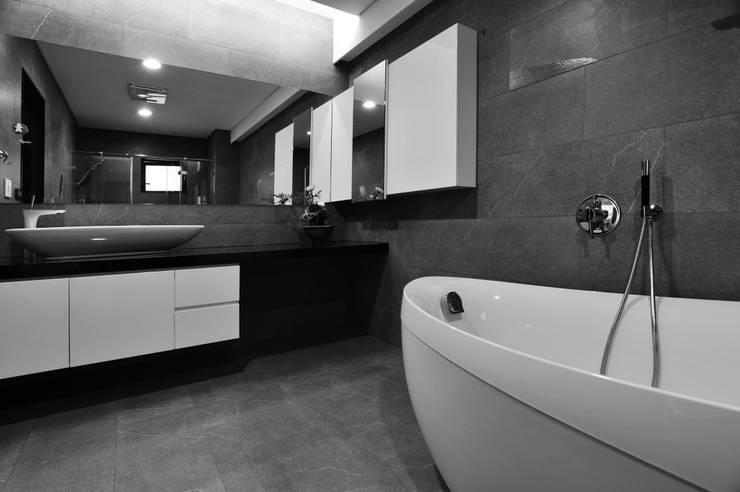 室內設計 東方帝國 SC House:  浴室 by 黃耀德建築師事務所  Adermark Design Studio