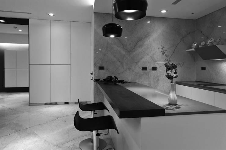 室內設計 東方帝國 SC House:  廚房 by 黃耀德建築師事務所  Adermark Design Studio