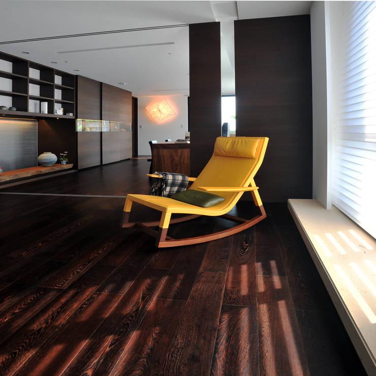 室內設計 怡和 YC House:  地板 by 黃耀德建築師事務所  Adermark Design Studio