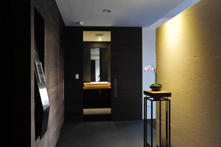 室內設計 怡和 YC House:  走廊 & 玄關 by 黃耀德建築師事務所  Adermark Design Studio
