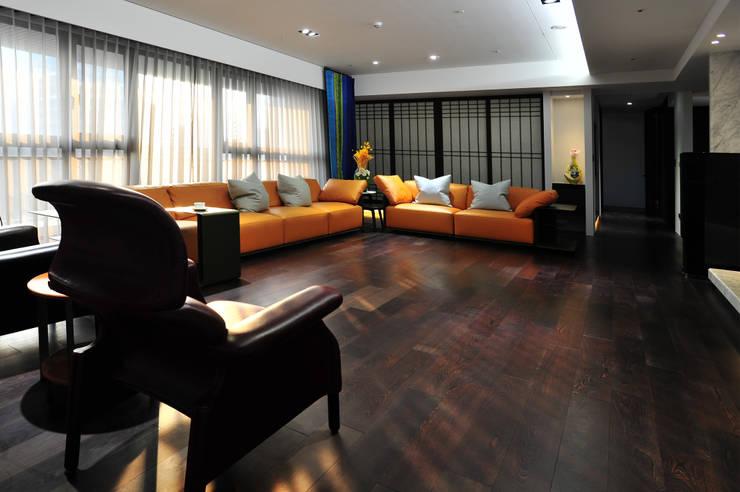 室內設計 市政廳 HL House:  客廳 by 黃耀德建築師事務所  Adermark Design Studio