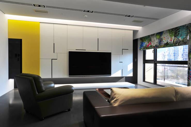 室內設計 市政廳 H House:  客廳 by 黃耀德建築師事務所  Adermark Design Studio