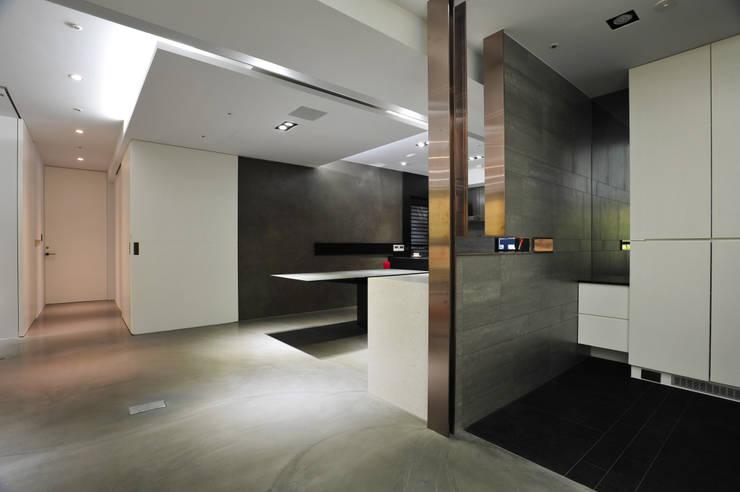 室內設計 市政廳 H House:  餐廳 by 黃耀德建築師事務所  Adermark Design Studio