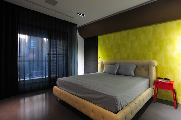 室內設計 市政廳 H House:  臥室 by 黃耀德建築師事務所  Adermark Design Studio