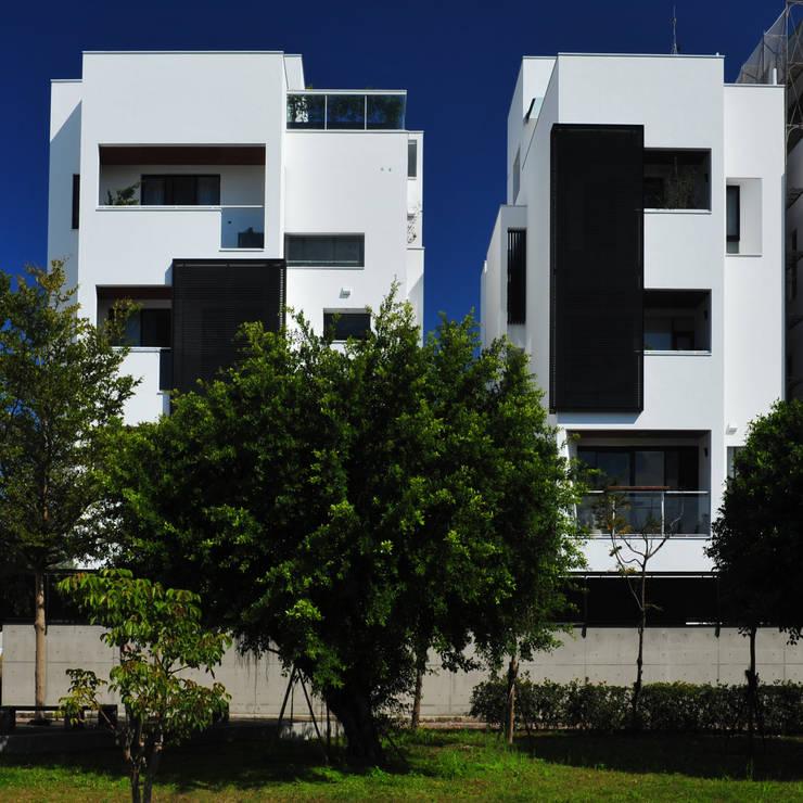 與樹為鄰的建築:  獨棟房 by 黃耀德建築師事務所  Adermark Design Studio