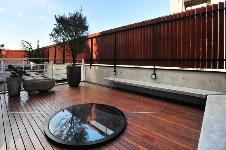 建築設計+室內設計 白居29 HW House:  露臺 by 黃耀德建築師事務所  Adermark Design Studio
