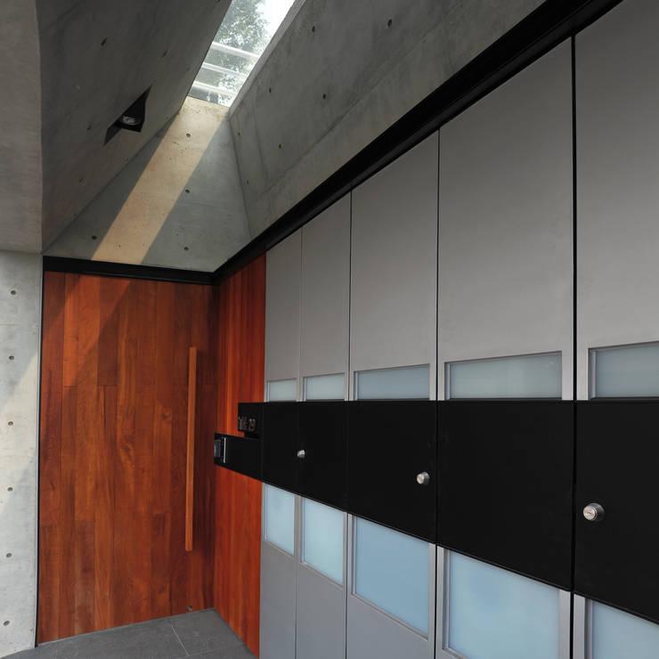 建築設計+室內設計 白居29 HW House:  走廊 & 玄關 by 黃耀德建築師事務所  Adermark Design Studio