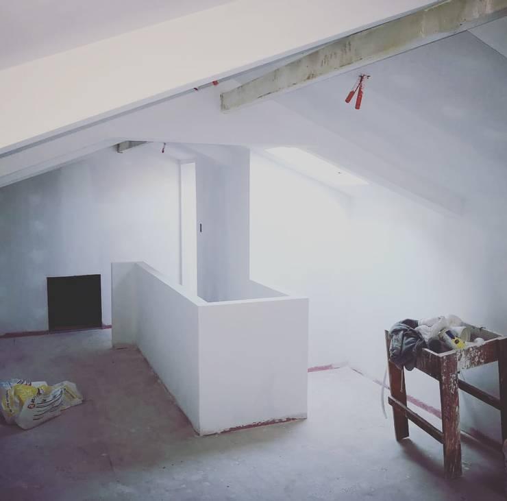atico: Dormitorios de niños de estilo  por ATELIER3